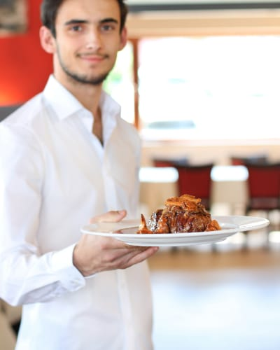 Kellner bringt Essen